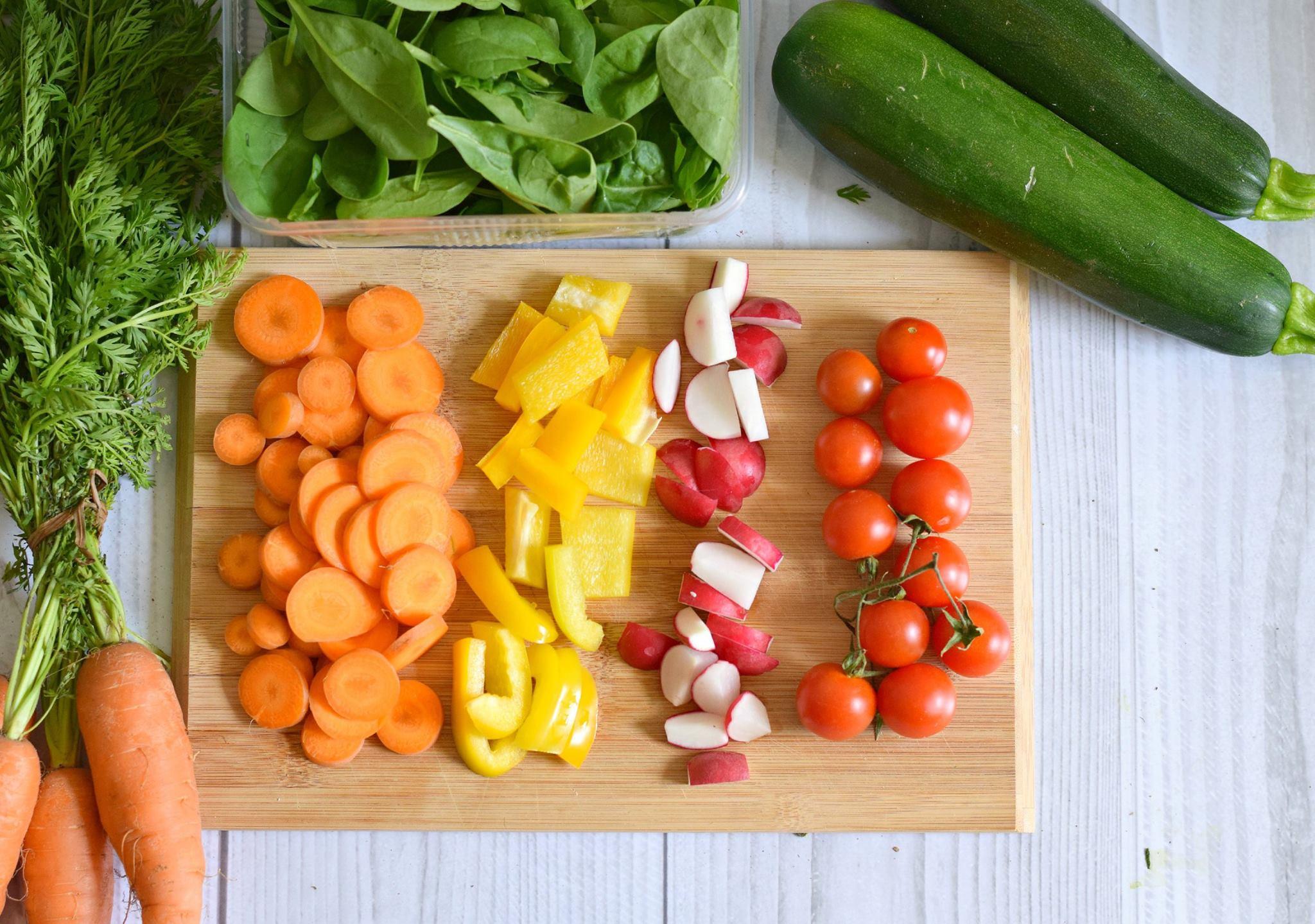 vorgeschnittenes Gemüse zur Essensvorbereitung
