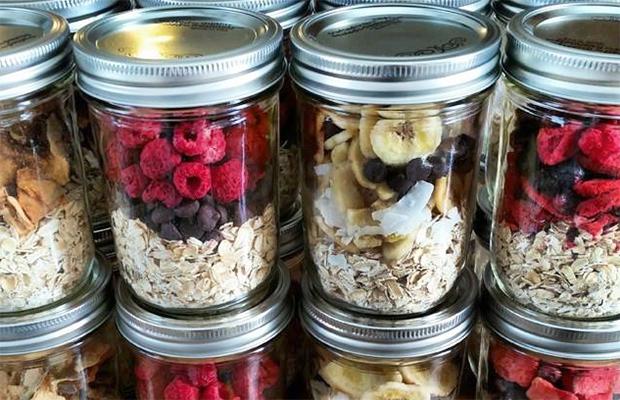 Oatmeal-Varianten im Schraubglas als Beispiel für Meal Prep