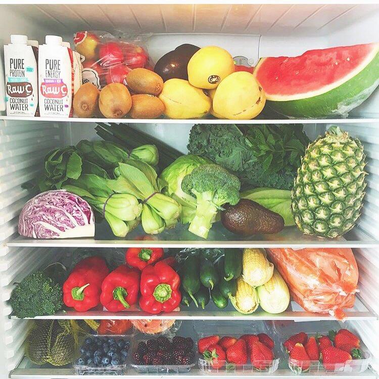 Keep good food in your fridge and you'll make good choices! @trishapenessrecipe // Wir sollten es uns nicht schwerer machen als es ist☺️ Wenn man nur gesunde Optionen hat, wählt man auch diese aus Wer ist bereit 2016 super, gesund und fit zu starten? Auf meinem Blog findet ihr übrigens meinen persönlichen Jahresrückblick ☺️ www.klarafuchs.com Link im Profil @trishapeness #POWERGIRLMOVEMENT