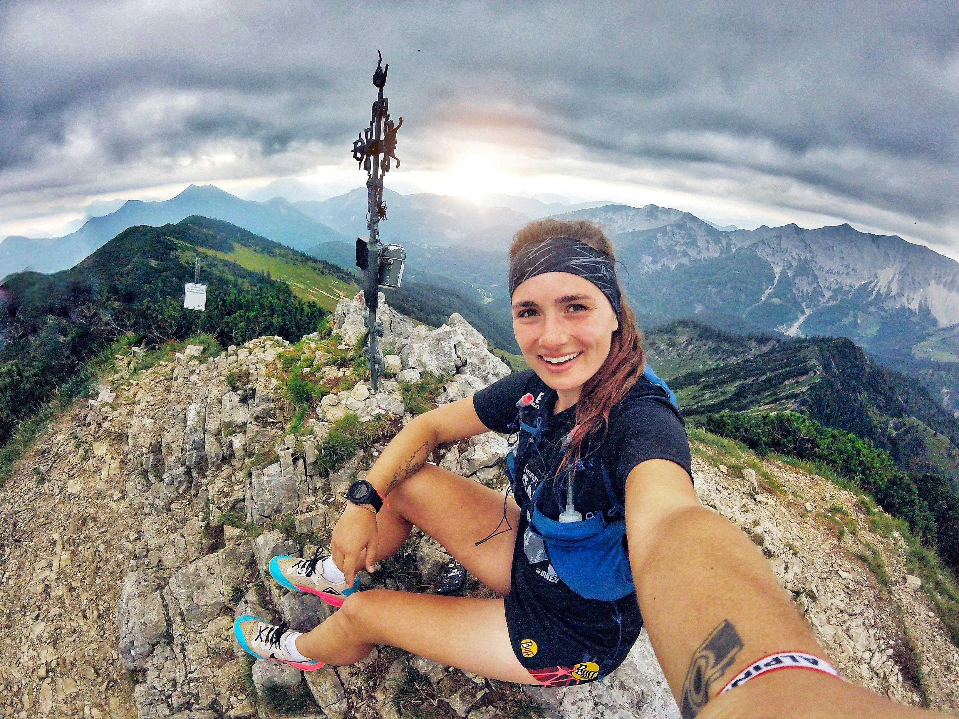 Susanne Lehmann von runskills.de, mit Selfiestick auf einem Berg