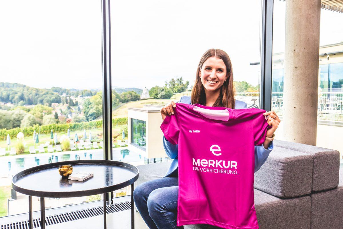 Klara Fuchs mit T-Shirt von der Merkur Versicherung