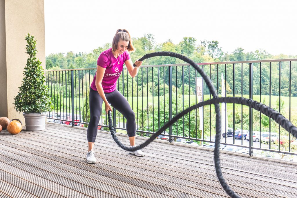 functional fitness Übung: Klara Fuchs an den battle ropes