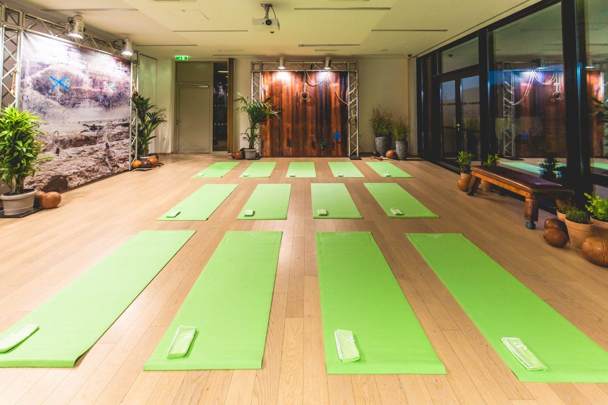 Yogaraum mit Yogamatten im LOISIUM im Rahmen vom fit4life Programm der Merkur Versicherung